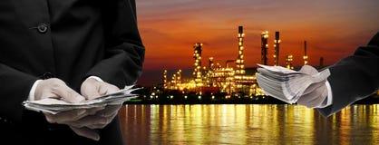 Faccia i soldi dall'affare della raffineria di petrolio Fotografia Stock Libera da Diritti