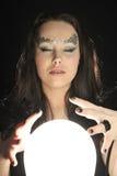 Faccia il desiderio con una sfera di cristallo magica Fotografia Stock Libera da Diritti