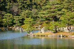 Faccia il giardinaggio al tempio di Kinkaku a Kyoto, Giappone Fotografia Stock Libera da Diritti