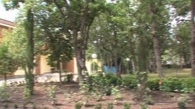 Faccia il giardinaggio intorno alla villa nel parco bulgaro Rosinets video d archivio