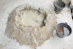 Faccia il mucchio concreto con acqua piena del secchio Fotografia Stock