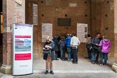 Faccia la coda per acquistare un biglietto alla biglietteria per visitare il Palazzo Pubblico a Siena, Italia fotografie stock libere da diritti