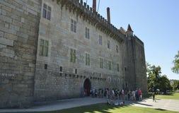 Faccia la coda per entrare nel palazzo dei duchi di Braganza immagine stock libera da diritti