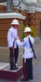 Faccia la guardia ed ufficiale di diluzione, il grande palazzo, Bangkok, Tailandia Immagine Stock