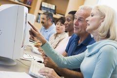 Faccia maturare gli allievi che imparano le abilità del calcolatore Immagini Stock