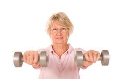 Faccia maturare i pesi di sollevamento della signora Immagine Stock