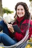 Faccia maturare la donna che legge un libro Immagine Stock Libera da Diritti
