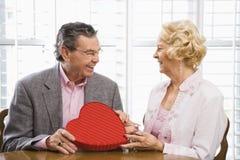 Faccia maturare le coppie con il biglietto di S. Valentino. immagini stock libere da diritti