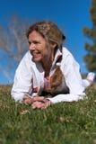 Faccia maturare risiedere femminile nell'erba Fotografie Stock Libere da Diritti