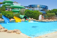 Faccia scorrere giù il parco dell'acqua Vacanza di famiglia immagini stock libere da diritti