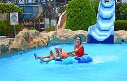 Faccia scorrere giù il parco dell'acqua Vacanza di famiglia immagini stock