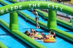 Faccia scorrere il waterslide del gigante della città Fotografie Stock