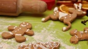 Faccia scorrere sopra i biscotti di natale del pan di zenzero video d archivio