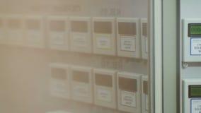 Faccia segno a lungo le linee e la vista del tester digitale attraverso vetro archivi video