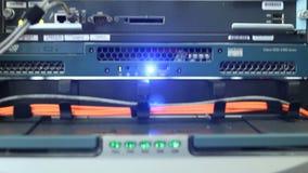 Faccia segno a su lungo il server con i cavi e le luci colorati luminosi stock footage