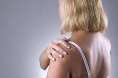 Faccia soffrire in spalla, la cura delle mani femminili, dolore nel corpo del ` s della donna Fotografia Stock Libera da Diritti