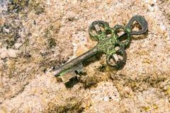 Faccia tesoro la chiave persa al fondo del mare fotografie stock