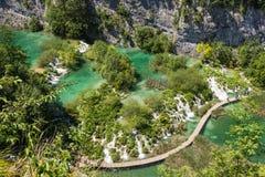 Faccia un'escursione la depressione del percorso il lago oltre alla cascata Fotografie Stock