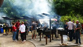 Faccia un picnic con i pozzi del fuoco nel parco naturale di Collserola Fotografia Stock Libera da Diritti