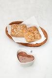 Faccia un picnic nella neve con un canestro dei panini Fotografia Stock Libera da Diritti