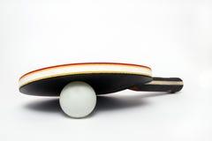 Faccia un rumore metallico il pong sotto la pala su una priorità bassa bianca Immagine Stock