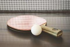 Faccia un rumore metallico l'azzurro di cielo della sfera del pong della pala e di rumore metallico di tennis di Pong Fotografia Stock Libera da Diritti