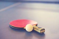 Faccia un rumore metallico l'azzurro di cielo della sfera del pong della pala e di rumore metallico di tennis di Pong Immagini Stock Libere da Diritti