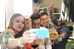 Faccia un selfie con il telefono cellulare Fotografia Stock