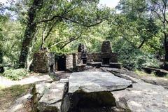 Faccia un spuntino l'area con i barbecue e tavole e banchi di pietra per il picni Fotografia Stock Libera da Diritti