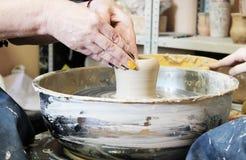Faccia un vaso di argilla sul tornio da vasaio immagine stock libera da diritti