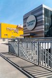 Facciata all'aperto del centro commerciale della città di Marineda immagine stock