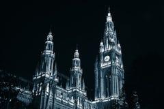 Facciata alla notte, Vienna di municipio immagini stock libere da diritti