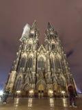 Facciata anteriore della cattedrale cattolica di Colonia o di alta cattedrale di St Peter alla notte Fotografia Stock
