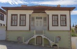 Facciata anteriore di una casa tradizionale con le scale simmetriche sotto cielo blu in Elmali, Adalia, Turchia, il 27 settembre  immagini stock