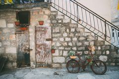 Facciata antica della casa decorata con la bici fotografia stock