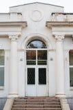 Facciata bianca con le porte e le colonne immagini stock libere da diritti