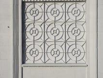 Facciata bianca della casa con un ferro battuto che gratta sulla finestra Immagini Stock Libere da Diritti