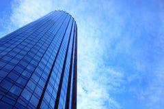 Facciata blu del grattacielo Costruzioni di Berlin Siluette di vetro moderne dei grattacieli Fotografia Stock