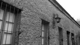 Facciata coloniale di stile - in bianco e nero fotografia stock libera da diritti