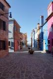 Facciata colorata dell'isola di Burano nei precedenti del blu Fotografia Stock