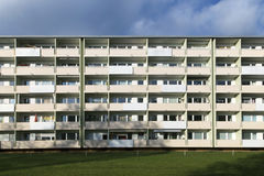 Facciata con i balconys di un complesso residenziale sociale a Monaco di Baviera Immagini Stock