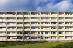 Facciata con i balconys di un complesso residenziale sociale a Monaco di Baviera Fotografie Stock Libere da Diritti