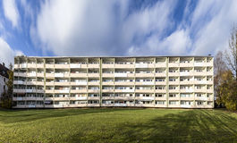 Facciata con i balconys di un complesso residenziale sociale a Monaco di Baviera Fotografia Stock Libera da Diritti