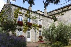 Facciata con i fiori di vecchia casa francese Fotografia Stock Libera da Diritti