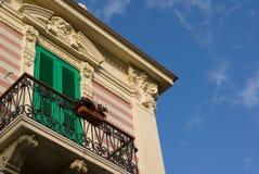 Facciata con il balcone fotografia stock libera da diritti