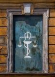 Facciata con il vecchio logo della farmacia Fotografia Stock Libera da Diritti