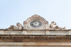Facciata con l'orologio e le sculture nude Fotografia Stock