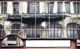 Facciata con la grande parete di vetro nella città storica Fotografie Stock Libere da Diritti