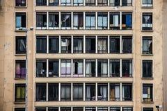 Facciata concreta misera dell'edificio residenziale immagine stock libera da diritti