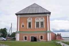 Facciata d'annata di una casa a due piani di legno del dand del mattone nello stile russo tradizionale Colse di vista frontale su Immagine Stock